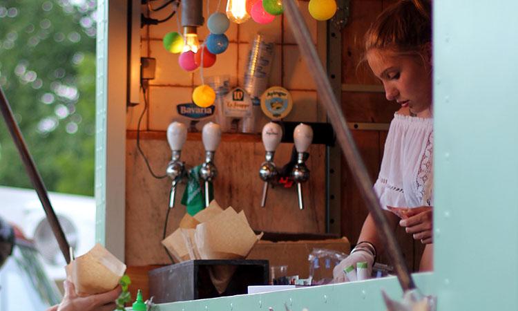 Mujer sirviendo comida en un Food Truck